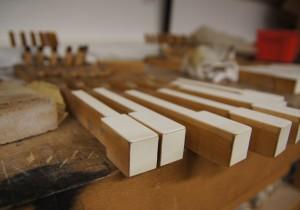 Belegung einer Elfenbeinklaviatur mit weiß eingefärbtem Knochenleim